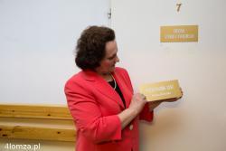 Helena Kiersztan po prawie 40 latach jako kierownik Urzędu Stanu Cywilnego w Gminie Łomża odchodzi na emeryturę. Na pamiątkę otrzymuje kwiaty, życzenia i tabliczkę ze swoich drzwi.