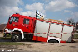 Podczas drobnej interwencji strażaków na ul. Poznańskiej podczas parkowania zarwała się ziemia. Samochód wpadł do wypłukanej przez wodę jamy o głębokości ponad metra. Na szczęście nikomu nic się  nie stało, a auto sprawnie wyciągnięto.