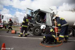 Strażacy interweniujący na drodze krajowej S 61