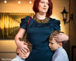 Miałam małą twórczą przerwę, bo trójka dzieci to są obowiązki, ale teraz wracam do świata żywych! - mówi malarka Iwona Wojewoda-Jedynak podczas wernisażu w Galerii pod Arkadami
