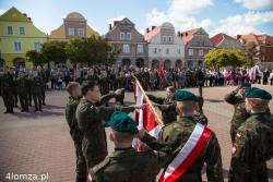 """Istniejąca od 22 lat Jednostka Strzelecka 1012 Łomża przyjęła imię 33 Pułku Piechoty Ziemi Łomżyńskiej. Uroczystość odbyła się na Starym Ryneku, w trakcie miejskich obchodów 224. rocznicy uchwalenia Konstytucji 3 Maja. Podczas uroczystości 21 młodych ludzi z Łomży i Makowa Mazowieckiego złożyło przyrzeczenie strzeleckie, którego treść jest niemal niezmieniona od czasów Piłsudskiego i zaczyna się od zobowiązania: """"przez całe me życie dobro Rzeczypospolitej Polskiej nade wszystko inne wyższe dla mnie będzie, niepodległości Jej zawsze gotów będę bronić do ostatniej kropli krwi."""""""