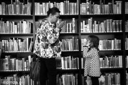 Starsza Pani wyjaśnia dziecku co to jest biblioteka i co można znaleźć w książkach. Piękna scena.