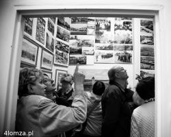 Tego wieczoru w poszukiwaniu kultury mieszkańcy wylegają na chodniki i do galerii. Jej poziom zależy od artystów, menedżerów kultury a także od widzów. N/z w Galerii Aporia można było oglądać Łomżę w starej fotografii a także świetne prace Roberta Sokołowskiego