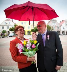 Zofia (z domu Polakowska) i Witold Łopińscy na Starym Rynku w Łomży po uroczystości złotych godów w ratuszu.