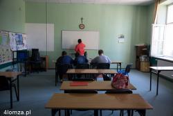 """Protest w """"Jańskim"""" czworo protestujących gimnazjalistów i ich rodzice domagają się umożliwienia im dokończenia nauki w tej szkole. To chyba najmniejsza klasa w Polsce."""