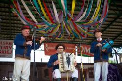 Marek Żemek (pierwszy po lewej) na scenie podczas występu kapeli na Dniach Kultury Kurpiowskiej w Nowogrodzie. Wybitny akustyk, muzyk, pedagog odszedł do Pana 25 sierpnia 2015r.