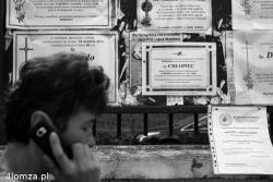Klepsydra noworodka znalezionego w stawie niedaleko Poniatu. Niesamowite wrażenie robi brak imienia i nazwiska oraz powiadamiający: Pogrążeni w smutku i żalu Mieszkańcy Ziemi Łomżyńskiej.