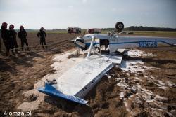 Mały samolot podczas awaryjnego przyziemienia na polu pod Szczepankowem wylądował na dachu. Na szczęście nic nie stało się dwóm osobom w środku.