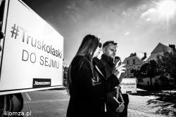 Marta Konopka i Krzysztof Truskolaski na Starym Rynku w Łomży podczas kampanii wyborczej do Sejmu RP. Nowa formacja Nowoczesna.pl zrobiła niezły wynik osiągając czwarty rezultat w Polsce.
