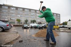 Po latach i procesach właściciele odzyskują ziemię, teraz to parking obok b. Urzędu Wojewódzkiego. N/z kruszenie betonu pod pierwszy słupek.