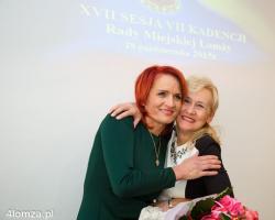Bernadeta Krynicka po oficjalnym ogłoszeniu wyników wyborów do Sejmu RP, odbiera gratulacje od Bogumiły Olbryś koleżanki z partii PIS.
