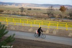 Z poziomu pieszego, rowerzysty czy samochodu barierki to dominująca linia krajobrazu.
