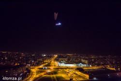 Łomżyński paralotniarz Adam Pupek zbudował renifera i sanie i latał nad miastem.