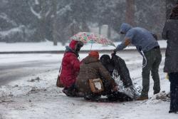 Przechodnie opiekują się potrąconą, która przechodziła przez jezdnię na Al. Legionów tuż przy rondzie Kościuszki. Pani podtrzymuje, inna osłania przed śniegiem, młody mężczyzna zdejmuje kurtkę i przykrywa, aby ogrzać. Piękna człowiecza scena.