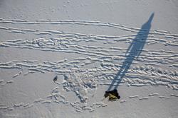 Mężczyzna skoczył z mostu Hubala. Widać miejsce upadku i czołganie się po lodzie do brzegu. Dookoła pełno śladów. Często przechodząc obok innych ludzi nie widzimy ich czołgania po życiu? Tylko dostrzec ten ślad.