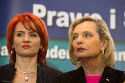 Kandydatka na senatora Anna Maria Anders zdziwiona patrzy na posłankę Bernadetę Krynicką, która doszła na konferencji i stanęła obok. Cały najazd klubu parlamentarnego PIS na Łomżę miał być graniem na Panią Anders, kandydatkę w wyborach.