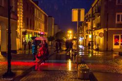 Noc muzeów w strugach deszczu.