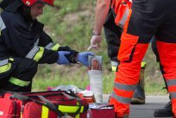 Czołówka pod Dębnikami. Pięć osób rannych w tym czworo ciężko po wypadku na drodze 645. Ranni leżeli na ulicy opatrywani przez ratowników medycznych i strażaków. Upał, a strażacy w pełnym umundurowaniu. I kropla potu... .
