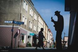 """Jan """"Yaniu"""" Górski, jeden z organizatorów Łomża Blues-Rock Festiwal gra na ul. Farnej."""