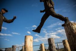IV Grom Challenge - Siła i Honor, zawody ekstremalne w Ośrodku Szkolenia Poligonowego Grom Group.  92 pary miały do przebiegnięcia w morderczych warunkach 25 km – przez gęsty las, mokradła, rowy z wodą i dzikie piaski. Przeszkody do pokonania górą i dołem, czasem w warunkach bitewnych wśród dymów i ogni z petard czy rac. To wszystko w warunkach współpracy. Czas liczył się do tego, który drugi z pary przybiegł na metę.