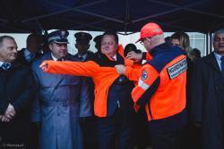 Minister Jarosław Zieliński zakłada bluzę GR Nadzieja podczas łomżyńskich obchodów Dnia Państwowego Ratownictwa Medycznego.