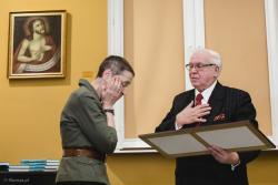 1. miejsce w konkursie na wspomnienia o Łomży dostała Gabriela Szczęsna z Łomży. Nagrodę w imieniu organizatora wręcza prezes TPZŁ Zygmunt Zdanowicz.