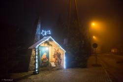 Dekomunizacja na ludowo. Mieszkańcy Rogienic Wielkich uświęcając pomnik z czasów PRL-u, poświęcony funkcjonariuszom MO, SB i ORMO, postawili na nim szopkę bożonarodzeniową.