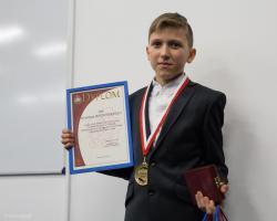 """13-letni Krystian Bochiński został  """"Młodym Bohaterem""""  gdy nocą z 25 na 26 grudnia 2016 roku, uratował swoją rodzinę oraz innych mieszkańców kamienicy przy ul. Dwornej. W środku nocy Krystian obudził ojca a ten zaalarmował straż. Niestety, mimo to 3 osoby zginęły."""