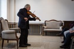 96-letni Tadeusz Grabowski śpiewa swoje piosenki i gra na swojej mandolinie