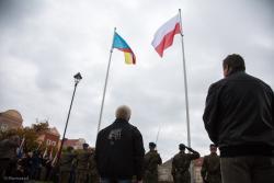 Miejsko-mundurowe uroczystości 3 Maja na Starym Rynku. Ktoś wcześniej usunął z niego maszt z flagą Unii Europejskiej, przez co Łomża uzyskała rozgłos na całą Polskę (ale, jak zapewniał poseł Tyszkiewicz i poza nią).