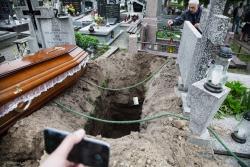 Zmarł Zbigniew Brzeziński, twórca Czarnego Teatru Sivina II. Nad otwartym grobem Henryk Gała odczytał wiersz, a następnie wrzucił jedyną kopię do dołu.
