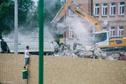 Chłopiec obserwuje, stojąc na śmietniku, jak koparka rozwala starą salę gimnastyczną przy SP 7. W tym miejscu ma powstać nowa.