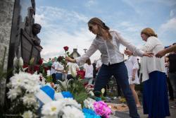 Pięć pokoleń Żydów zachowuje pamięć i funduje pomnik Polakowi w Zbójnej.