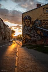 U szczytu kamieniczki przy ulicy Rządowej 5 artysta Rafał Roskowiński z zespołem namalował Mural z nawiązaniem do bohaterskiej  5-dniowej obrony miasta od strony fortów w Piątnicy,  gdzie podczas wojny polsko-bolszewickiej dowodził wtedy 28-letni kapitan Marian Raganowicz (1892 – 1940) z 33. Pułku Piechoty.
