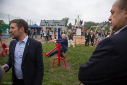 Nowe boisko zmotywowało posła Lecha Kołakowskiego do ćwiczeń.