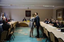 Grzegorz Palka, nowym Burmistrzem Nowogrodu. N/z przewodnicząca komisji wyborczej wręcza akt wyboru.