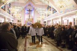 """Ś.p. ks. inf. Henryk Jankowski po raz ostatni wychodzi ze """"swego"""" kościoła w otoczeniu swoich parafian."""