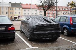 Znajomi z fantazją owinęli samochód taśmą do pakowania.