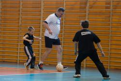 Michał Wójcik sekretarz stanu w Ministerstwie Sprawiedliwości podczas meczu w integracyjnym turnieju w halowej piłce nożnej.