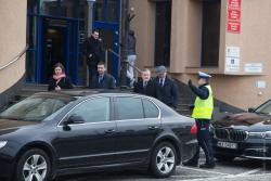 Policjant nie pozwala przejść przez ulicę a kieruje wicepremiera Piotra Glińskiego na przejście dla pieszych.