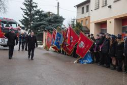 Przekazanie wozu strażackiego w Drozdowie. Sztandary kłaniają sie ministrowi Jarosławowi Zielińskiemu, niektóre ... aż do ziemi.