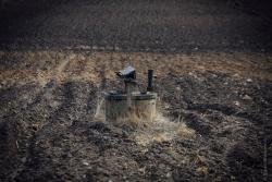 Samotna studnia w środku Kisielnicy wskazuje na wyludniającą się wieś.