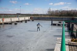 Gruba warstwa lodu w Porcie Łomża w pierwszy dzień wiosny.