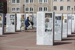 """Wystawy IPN """"Kwatera Ł – panteon narodowy pod cmentarnym murem"""" stanęło na Starym Rynku w Łomży."""