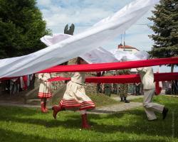 Biało-czerwony taniec w Dzień Flagi w wykonaniu dzieci z pracowni Justyny Wawrzyniak.