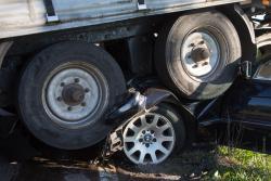 Czołowe zderzenie dwóch ciężarówek i osobówki pod Podgórzem.