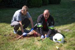 Strażacy z OSP w Piątnicy pomagają koziołkowi, który utknął w szkolnym ogrodzeniu w centrum Piątnicy.