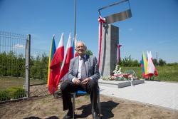 Andrzej Pilecki pod pomnikiem upamiętniającym jego ojca rotmistrza Witolda Pileckiego.