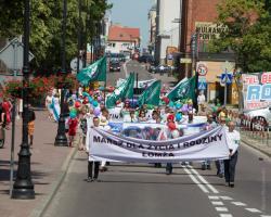 """Marsz dla życia i rodziny pod sztandarami ONRu. Innego dnia na innej ulicy w Łomzy ci mężczyźni krzyczeli m.in. """"Cała Polska tylko biała"""" itp."""