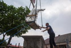 Ks. Marian Mieczkowski, proboszcz katedralny, podczas ustawiania pomnika Chrystusa Króla.